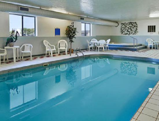 Super 8 Fargo/I-29/West Acres Mall: Pool Facilities