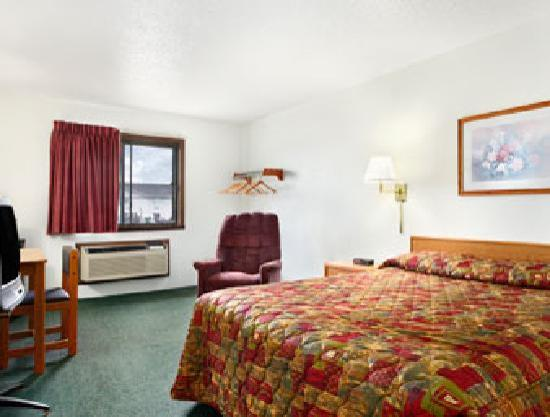 Super 8 Fargo/I-29/West Acres Mall: Spacious Guest Room