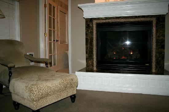 Cannon Beach Hotel: Fireplace