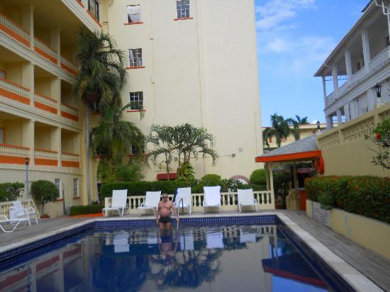 راديسون فورت جورج هوتل آند مارينا: Pool and rooms villa-wing