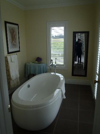 Clouds Luxury House: bathtub