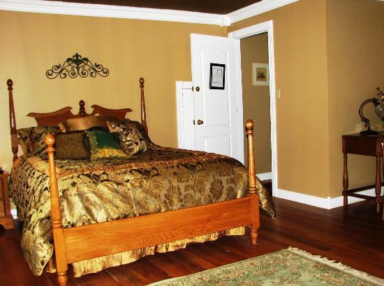 The Hill House Bed & Breakfast: The Oak Room