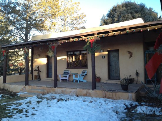 Old Taos Guesthouse B&B: Our room from the courtyard