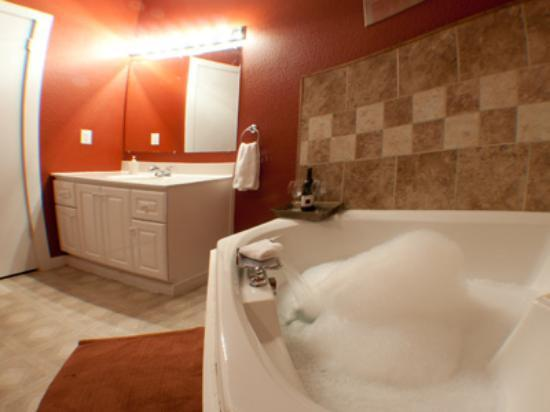 Coffee Street Inn: Jacuzzi in Cappuccino Suite
