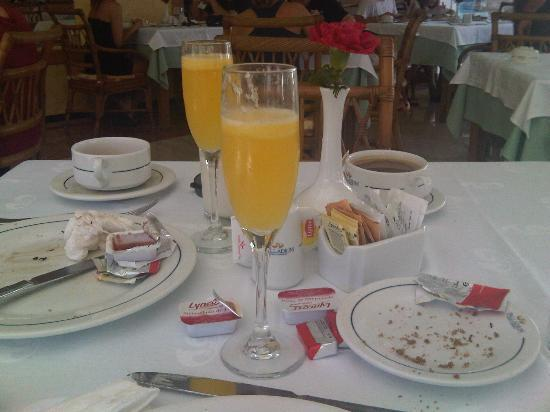 Grand Palladium Kantenah Resort and Spa : champagne  breakfast