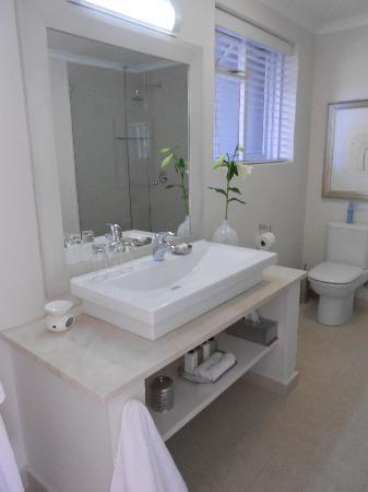 Leisure Isle Lodge: Great Bathroom with great products, heated towel rail, shower and bath tub all separate...