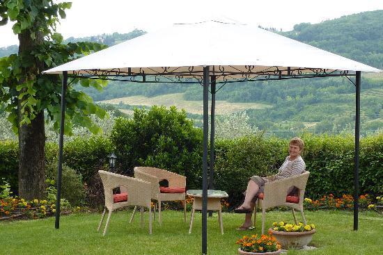 B&B il Giglio Etrusco: Breakfast Area Under the Pines