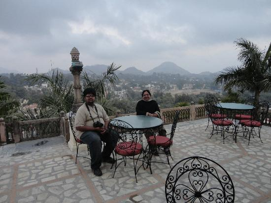 The Jaipur House: Open coffee place in front of the hotel