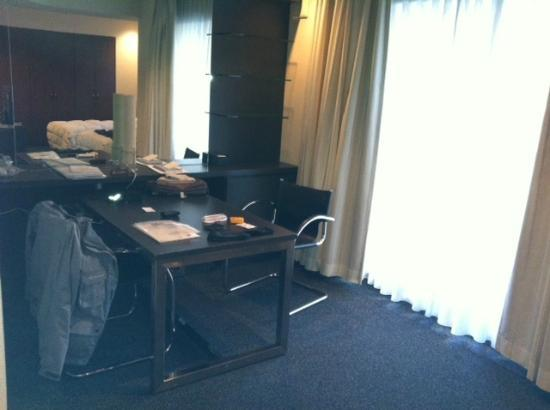 Hotel the M Innsomnia Akasaka: A writing desk that is large enough to be used as a dining table
