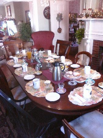 1907 Bragdon House Bed & Breakfast: Breakfast