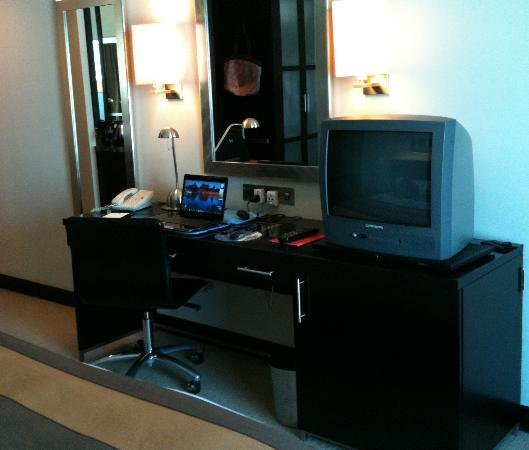 Best Western Premier Deira: Work desk, TV and refrigerator