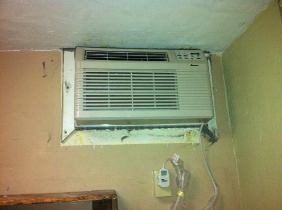 Budget Inn & Suites Colby: Terrible heating/air setup