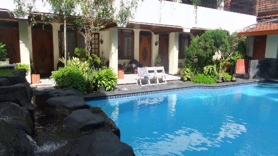 Duta Guest House: 部屋の前がプール