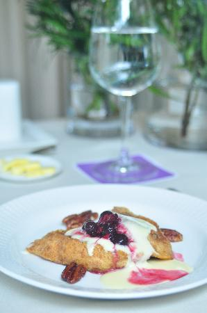 The Inn at Cliffhouse Tagaytay: Breakfast of French toast, clotted cream and blueberries