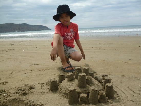 Ecuador: Los Niños disfrutamos de un ambiente sano, seguro, en una Playa, limpia que nos permite jugar y