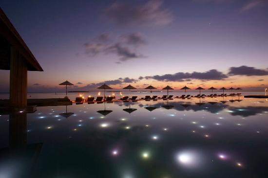 Anantara Kihavah Maldives Villas: Manzaru Pool at Night