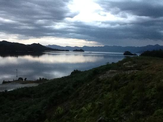 Strathgordon, Australia: dusk at lake pedder