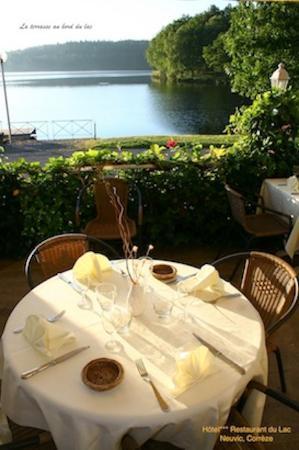 Hotel du Lac : La terrasse au bord du lac de la Triouzoune à Neuvic.