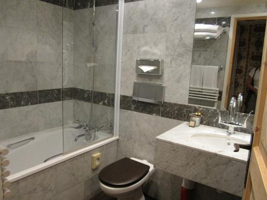 وتيل برينس دي كونديه: Bathroom