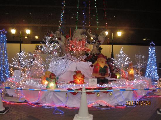 Spa World: 玄関前クリスマスのイルミネーション