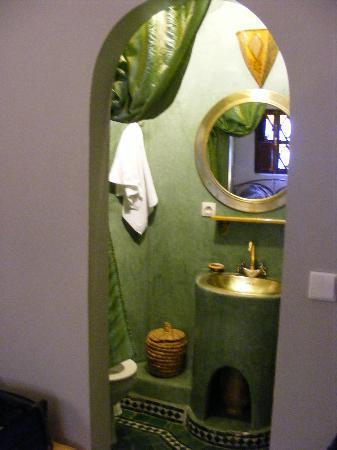 Riad Villa Harmonie: Compact, clean bathroom