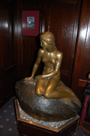 Hotel Opera : The Mermaid replica at the entrance
