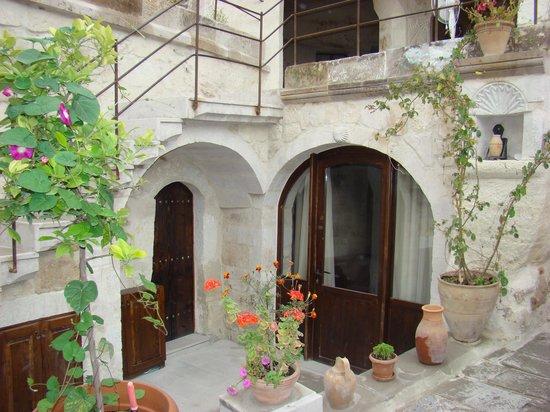 Aydinli Cave House Hotel: courtyard