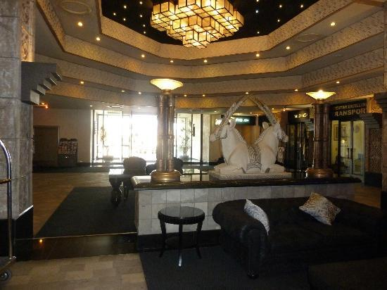Windhoek Country Club Resort: hotel foyer