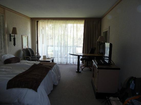 Windhoek Country Club Resort: room with desk and dodgy electrical socket