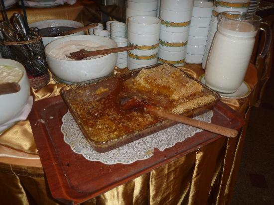 Hotel Sapphire : Real honeycomb on breakfast buffet