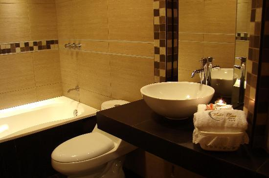Media Luna Hotel: Baño en Porcelanato