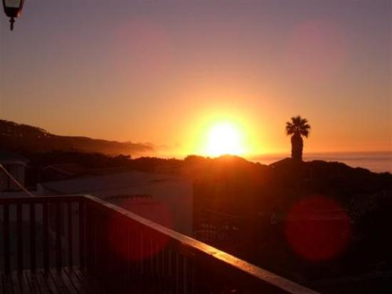Abalone Beach House Boutique Backpacker Lodge: sunrise from the deck