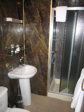 Gullivers Hotel: Bathroom
