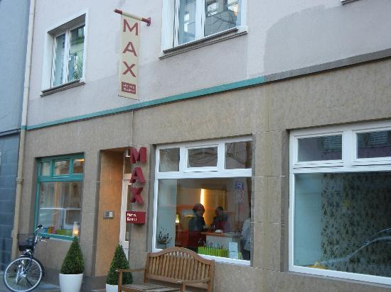 Max Hotel Garni: Front of the Max