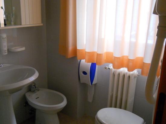 Hotel Bleis : A small but nice bathroom