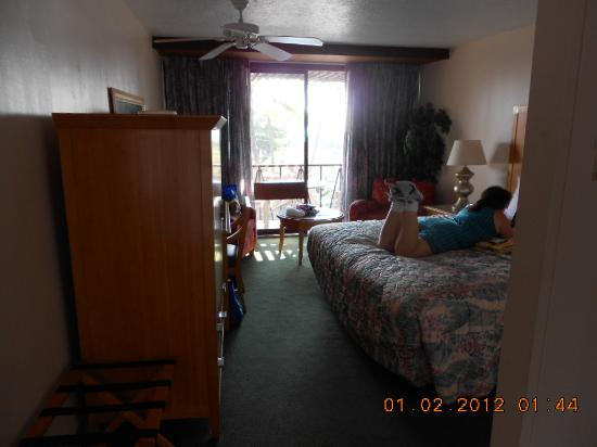 Uncle Billy's Kona Bay Hotel: Comfy room and bed