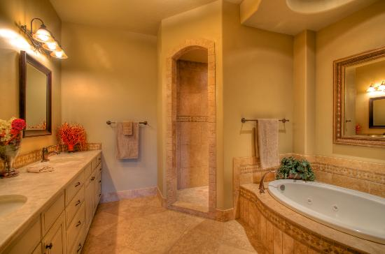 Coral Springs Resort: Master Bath