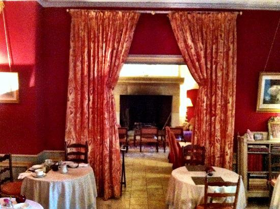 Manoir d'Hautegente : warm dining room
