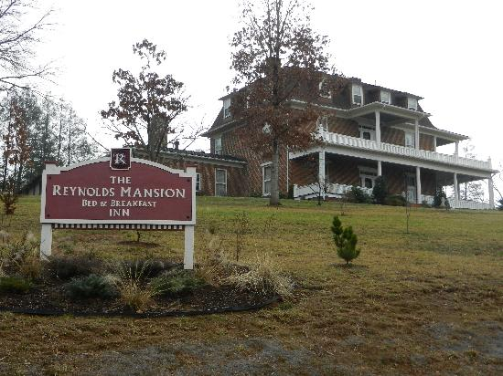 The Reynolds Mansion: Sadly taken, as we drove away! (a cloudy day!)