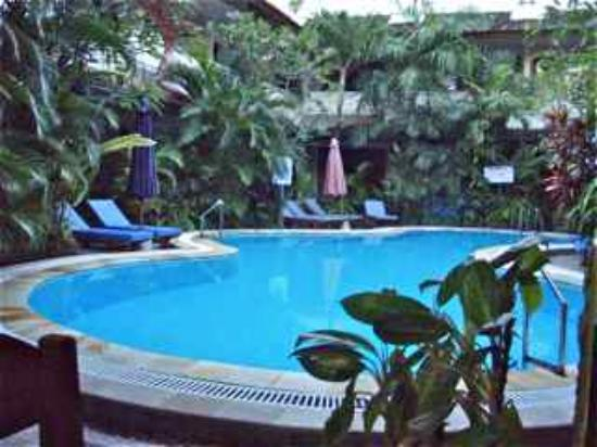Secret Garden Inn: The pool is clear as crystal and a delight to be by