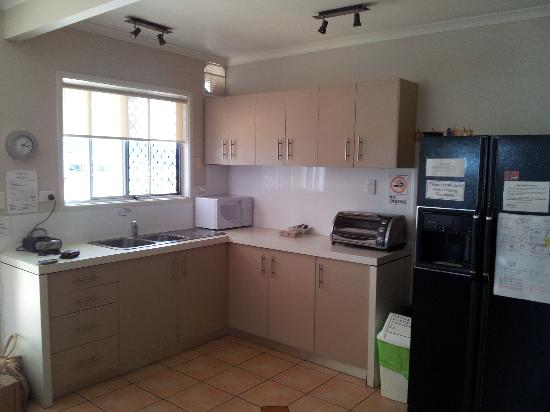 Airlie Apartments: Kitchen