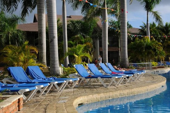 IFA Villas Bavaro Resort & Spa: Middle of the day, all the chairs are reserved, but no one in sight.