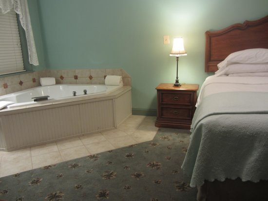 Hargrave House: King Bed and Jacuzzi
