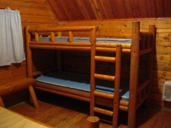 Yermo, Kalifornia: Calico Ghost town rental cabin interior showing bunk beds