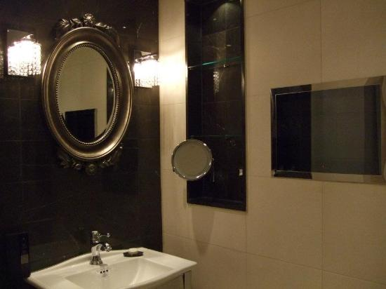 Hilton London Syon Park: TV in the bathroom - this is luxury!