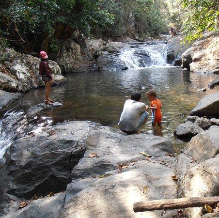 Pala-U Waterfall : Bade Gelegenheit