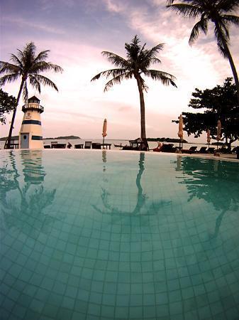 Iyara Beach Hotel & Plaza : Beach from pool