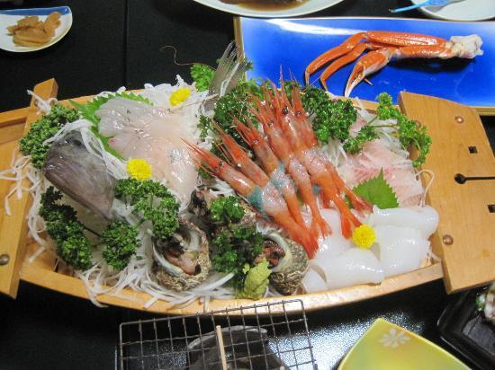 Iwamotoya: 夕食の刺身舟盛りです