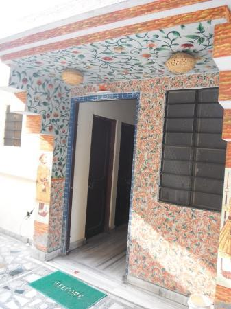 Vinayak Guesthouse: Painted walls