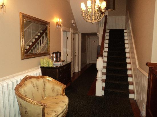 Victorian Hotel: landing - (no elevators)